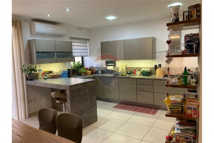 3 Bedroom Maisonette For Sale